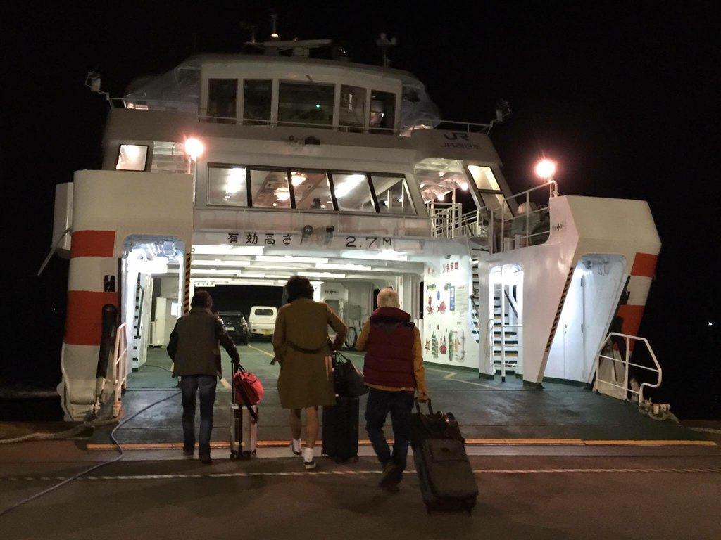 昨晩の最終のフェリーで宮島へ向かうGメン。って、1人はヘンタイか?